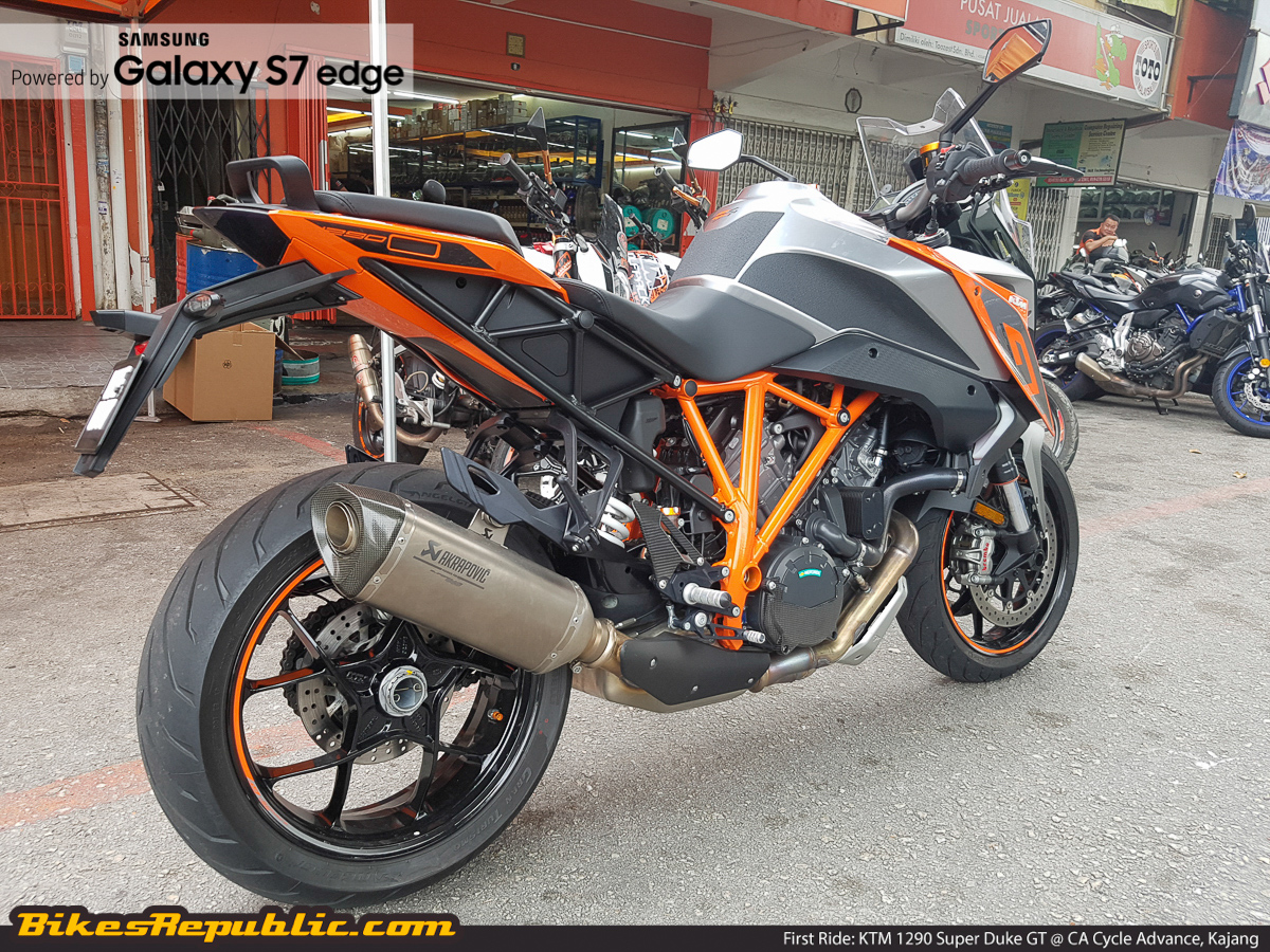 video ktm 1290 super duke gt first ride bikesrepublic. Black Bedroom Furniture Sets. Home Design Ideas