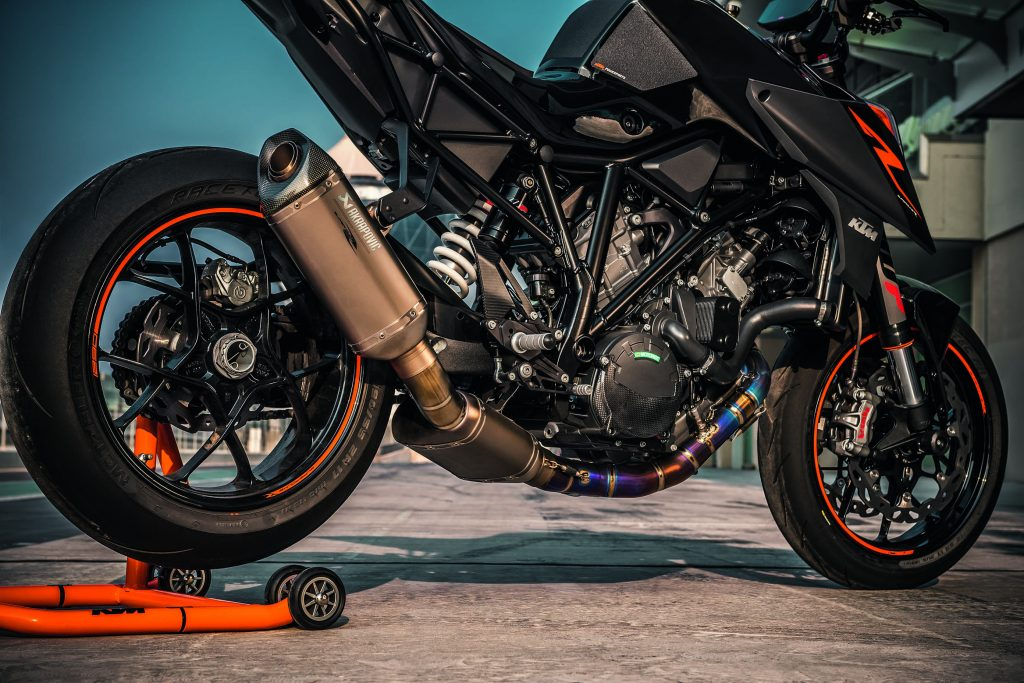 2017-ktm-1290-super-duke-r-static-07