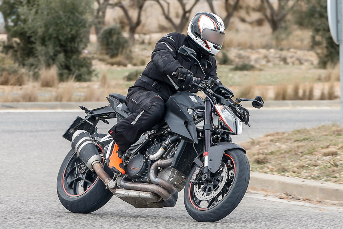 2019 ktm 1290 super duke r caught testing bikesrepublic. Black Bedroom Furniture Sets. Home Design Ideas