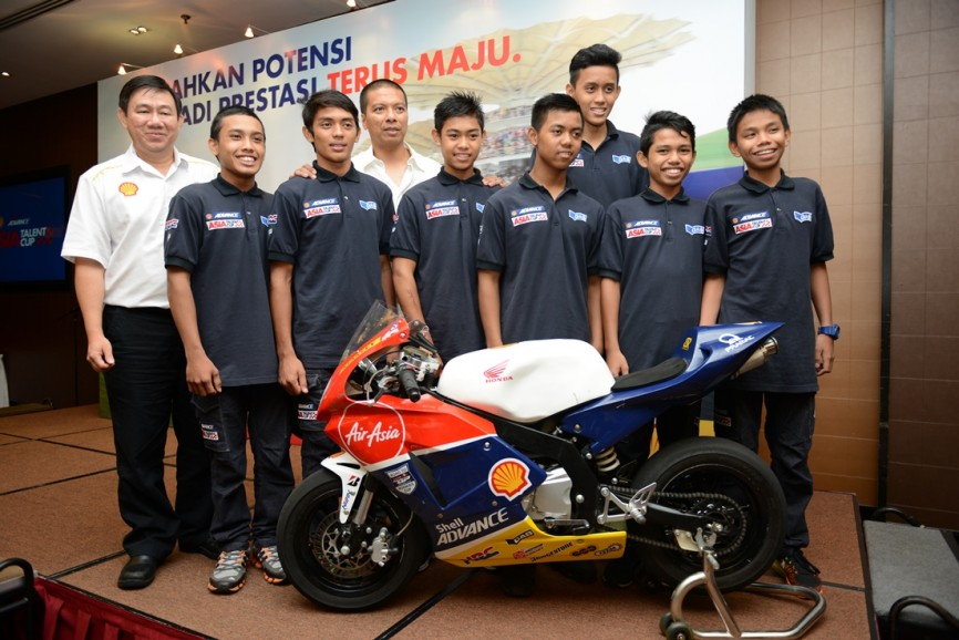 SAATC Malaysian riders posing with Shell Lubricants General Mgr -- Msia Spore Leslie Ng (left) and SIC CEO Datuk Razlan Razali at the Shell Advance Buka Puasa event