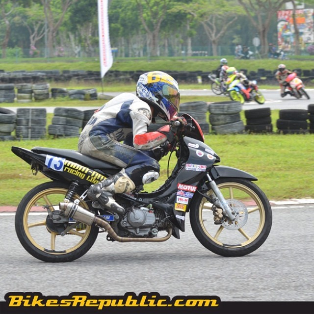 Part of our weekend soundtrack were these cub bikes tearing up the black top in UUM, Sintok, Kedah! #kbs #mam #kapcai #kbsmamkapcaiendurance #uum #sintok #kedah #racing #moped #cub #motorsports