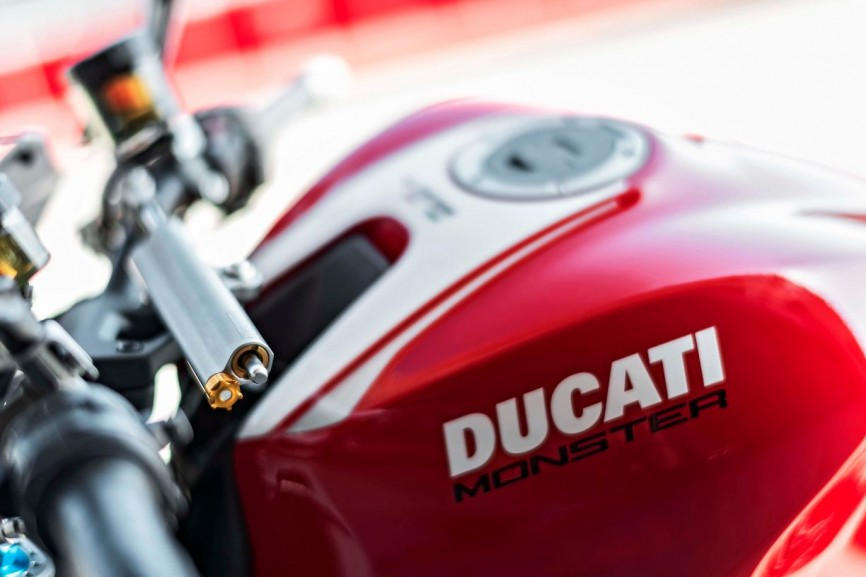 2016-Ducati-Monster-1200-R-still-21