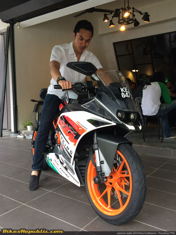 Ready>>To>>Race: Jazeman also took the chance to size-up the bike we are testing, the KTM RC250.