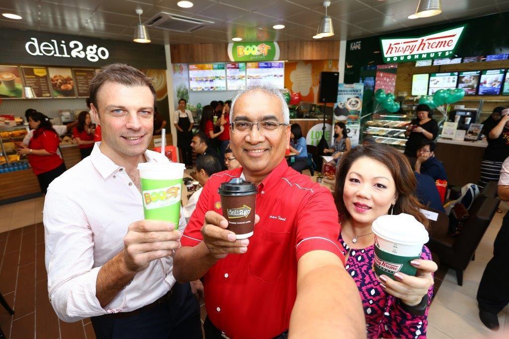 Image 3 - (L to R) - Nick Tiernan Datuk Azman Ismail and Ms  Yau Su Peng at the new Shell Select store at SH Shell Damansara Jaya station