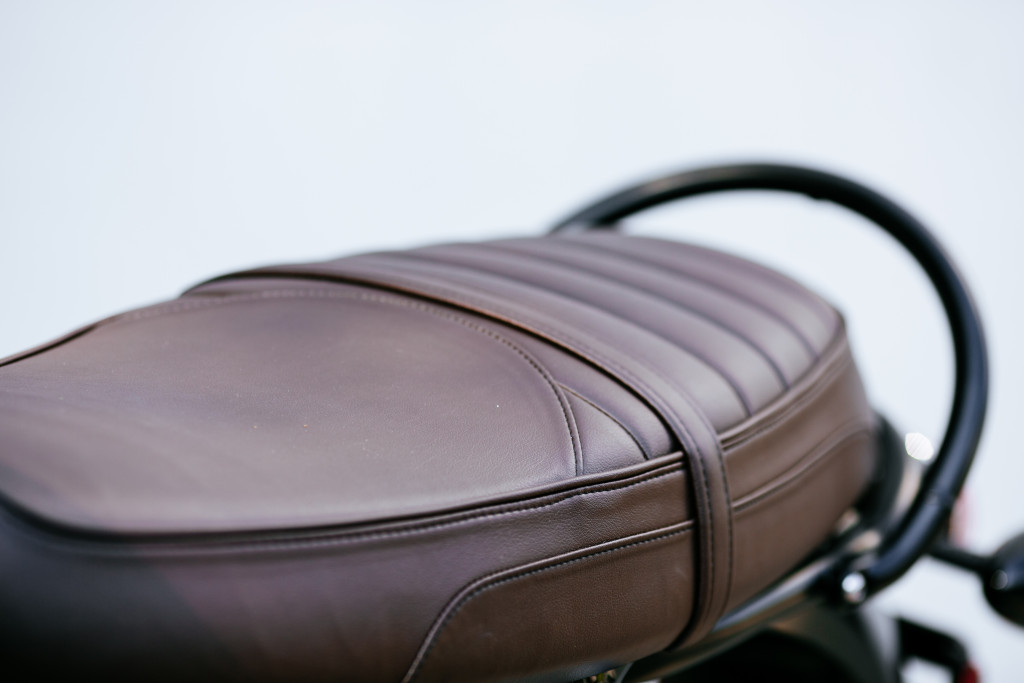 The only thing differentiating the T120 and the T120 Black are the all-black details and this brown seat.