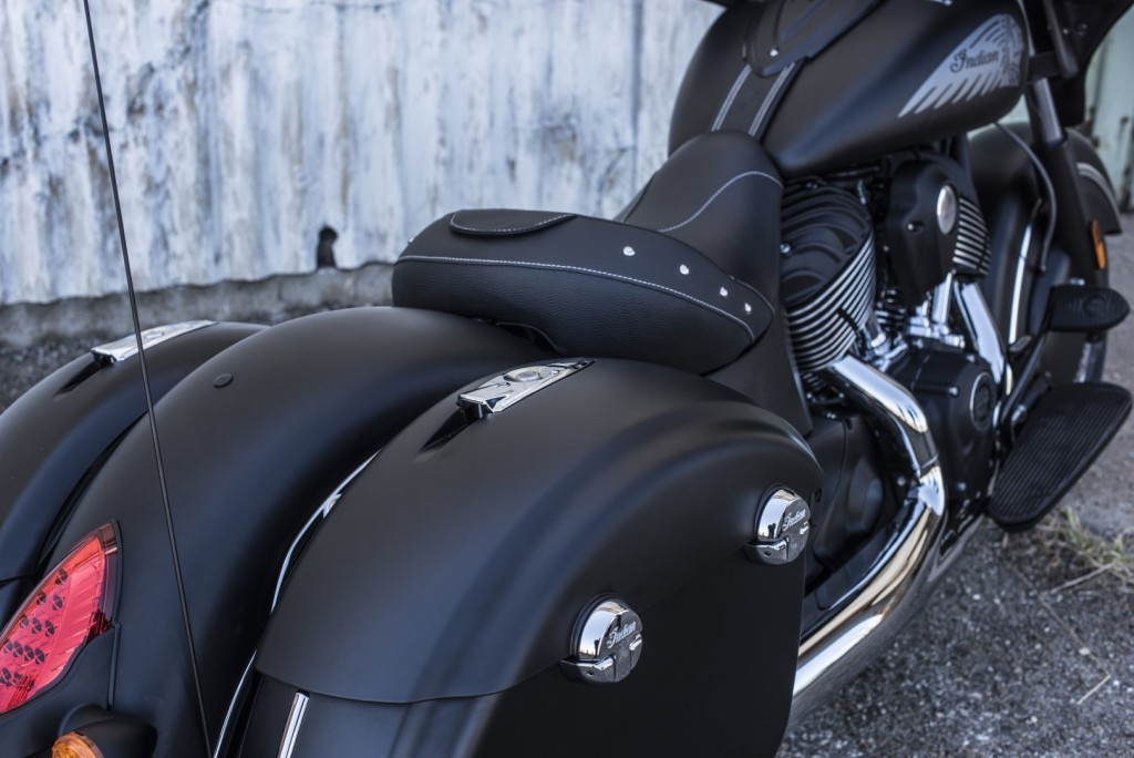 2016-indian-chieftain-dark-horse-is-a-neat-bagger-could-have-been-darker_26