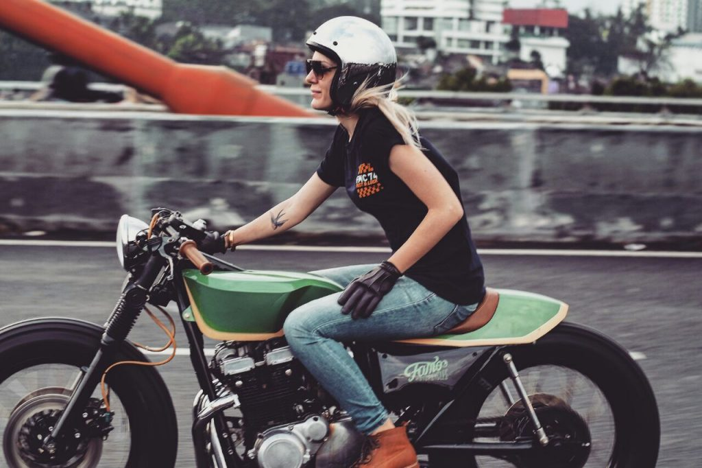 Mia riding a tricked-out custom Suzuki GSX400 in Indonesia recently (Photo credit: @varitamarezky).