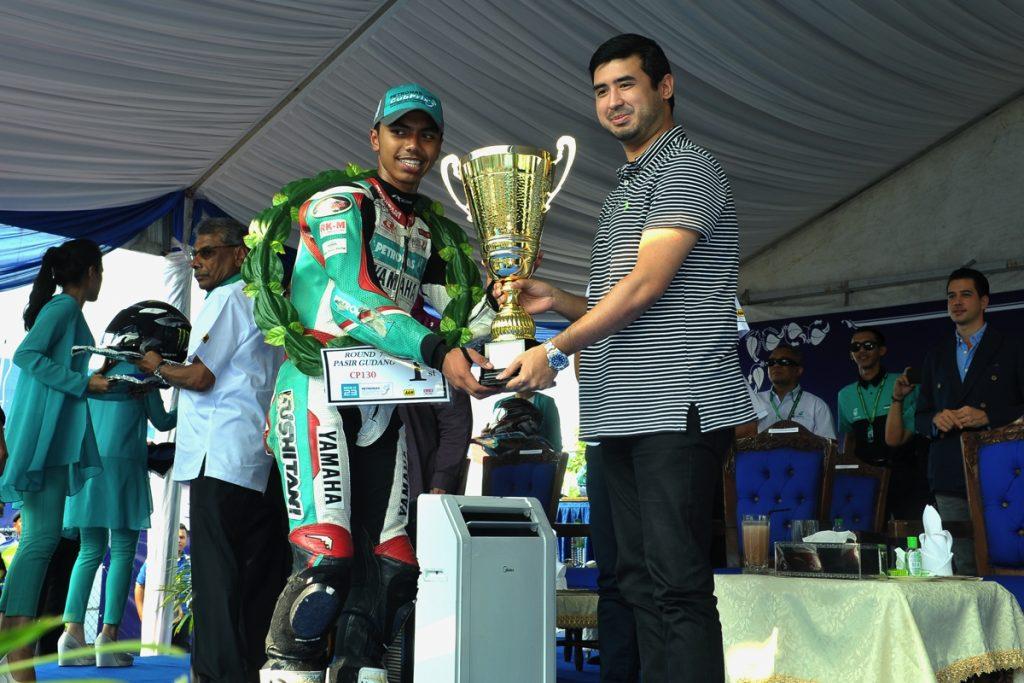Kasma menerima hadiah kemenangan daripada Yang Amat Mulia Tunku Idris Iskandar Ibni Sultan Ibrahim, Tunku Temenggong Johor