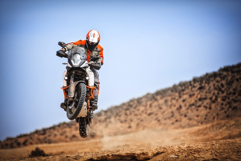 ktm-1090-adventure-r_action-01
