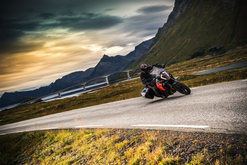ktm-1290-super-adventure-s_action-01