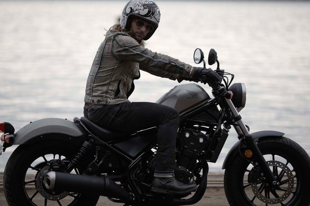 2017-honda-rebel-500-300-lifestyle-16
