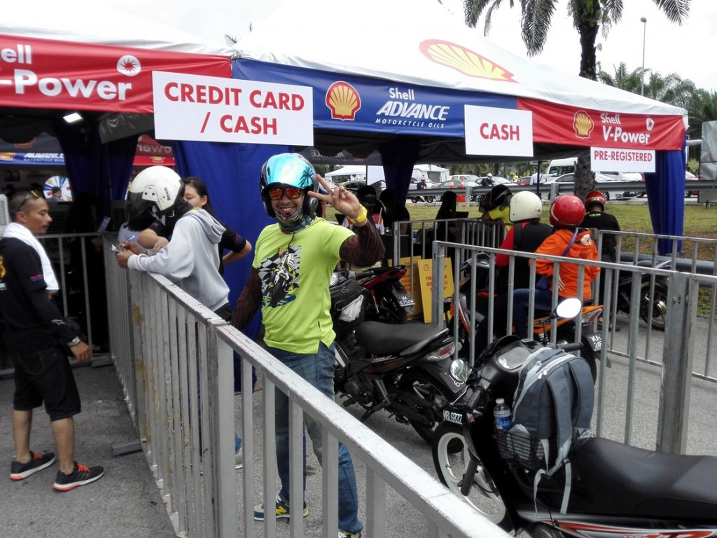 queuing-up-for-the-shell-advance-ride-thru-oil-change-service-at-the-201