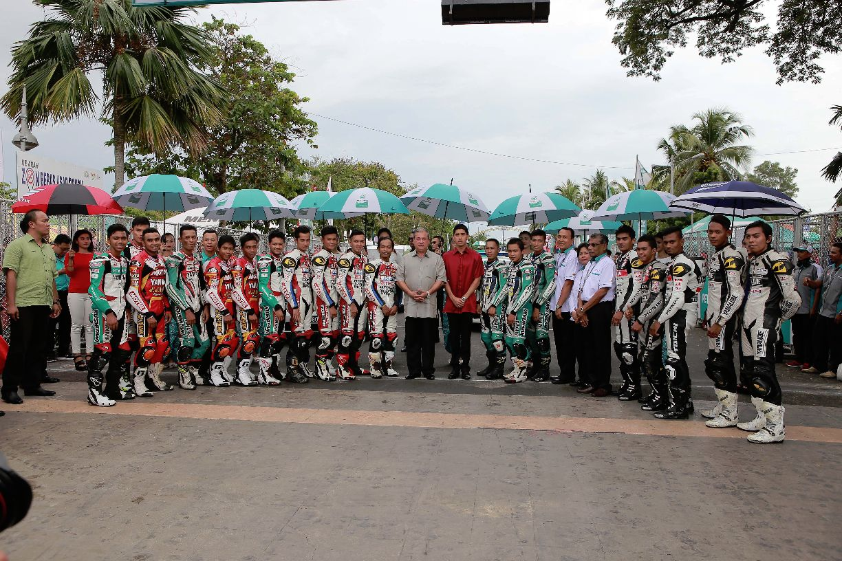 Sultan Ibrahim Sultan Iskandar taking a photo with the CP130 riders in Muar