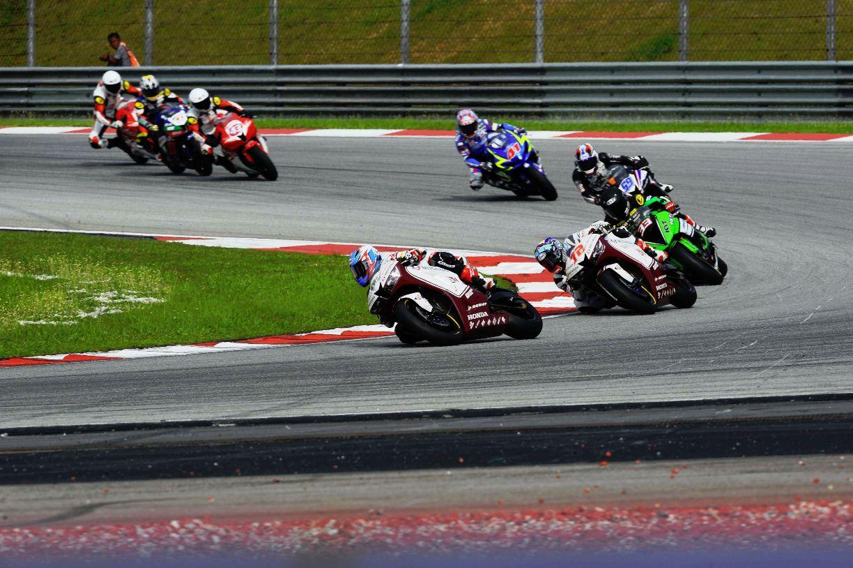 Zamri Baba 52 leading the SuperSports 600cc race