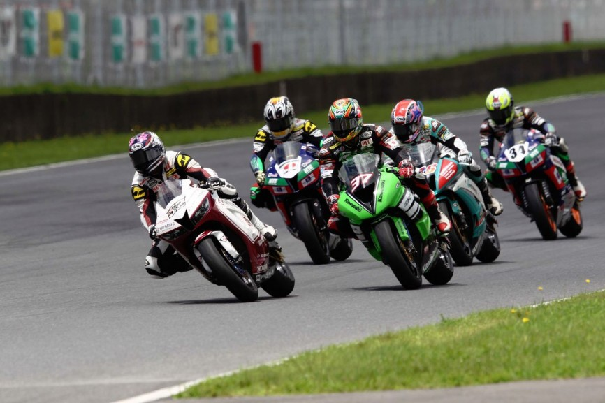 Zamri Baba 52 leading the Supersports 600cc race in Autopolis, Japan
