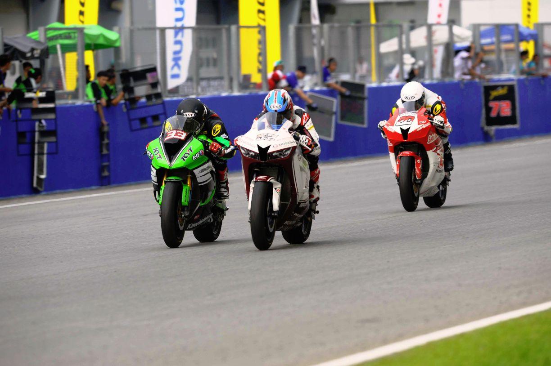 Zamri Baba and Yudhistira battling for P1 during the SuperSports 600cc race at Sepang